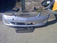 Are un colt rupt intre grila si farul din dreapta Mercedes S 400 2008